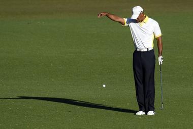 dropar la bola de golf a la altura del hombro